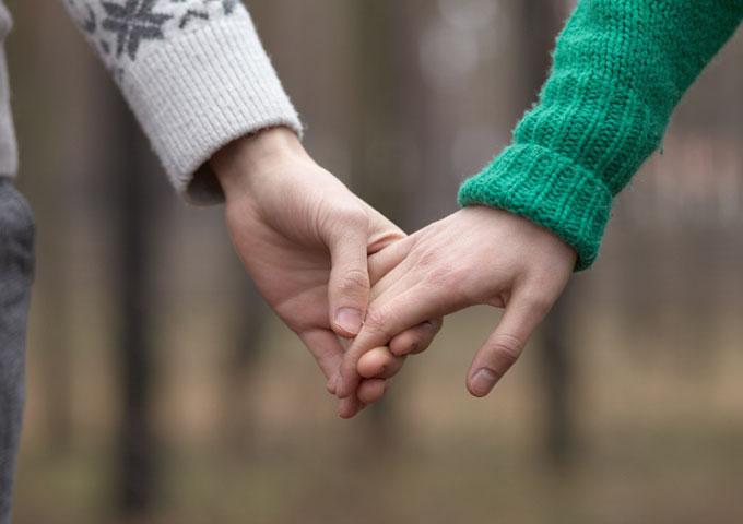 手繋ぎデートするための正しい手の繋ぎ方